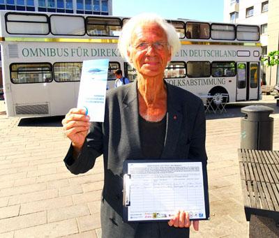 Busfahrer Werner Küppers mit Infoblatt und Unterschriftenliste. Fotos, O-Ton: Harald Denckmann