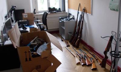 Die Polizei fand in der Wohnung zahlreiche Waffen. Foto: PD Lübeck