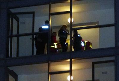 Polizei und Rettungsdienst fanden einen gestürzten Mann im Treppenhaus. Fotos: Stefan Strehlau
