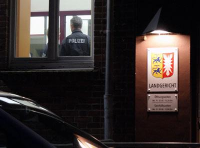 Die Beamten durchsuchten das Gebäude und konnten gegen 17 Uhr Entwarnung geben. Fotos: Oliver Klink