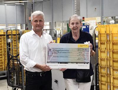 Peter Piarowski überreichte den Spendenscheck an Heidemarie Vesper. Fotos: privat