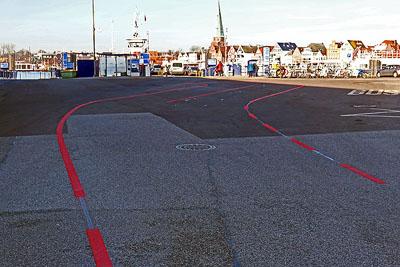Die Autos werden jetzt in zwei Reihen vor den Fähren aufgestellt. Fotos: Karl Erhard Vögele