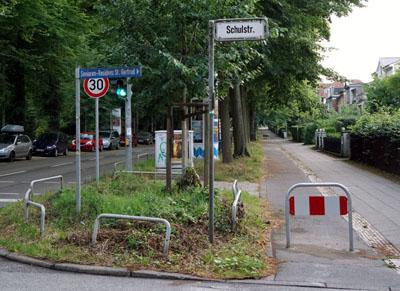 Mit Sperrschildern werden die Radfahrer jetzt gezwungen, die Fahrbahn zu nutzen. Fotos: JW