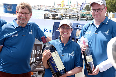 Michael Brandt überreichte Monika Heinold die Magnum-Flasche und Bürgermeister Jan Lindenau den Trostpreis. Fotos: Karl Erhard Vögele