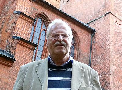 Heinz Rußmann erklärt die christliche Bedeutung des Adventskranzes.