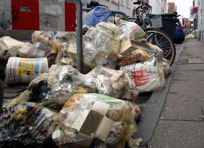 Die Lübecker können in Zukunft wählen, ob sie lieber gelbe Säcke oder Tonnen nutzen möchten. Fotos: JW