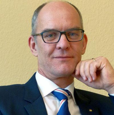 Wirtschaftssenator Sven Schindler begleitet die Tour.