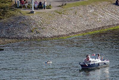 Nach über 16 Stunden erreichte der Schwimmer des Passathafen. Fotos: Karl Erhard Vögele