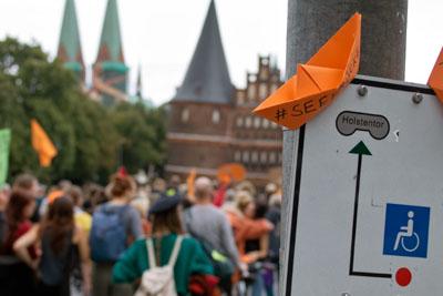 Die Papierschiffchen sind das Symbol der Seebrücke Lübeck. Foto: VG/Archiv
