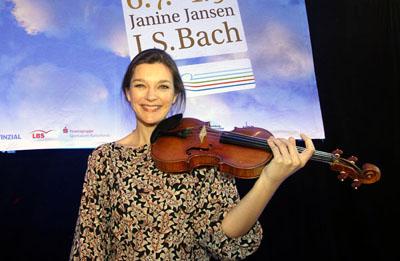 Janine Jansen eröffnete am Samstagabend das Schleswig-Holstein Musik Festival in der MuK. Foto: JW