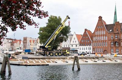 An der Drehbrücke werden die ersten Elemente für die Sitztreppe geliefert. Fotos: VG
