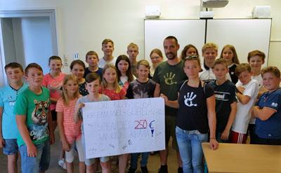 Die Schüler konnten eine Spende von 250 Euro überreichen. Foto: EGS