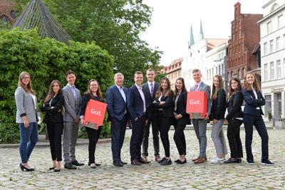 Der neue Ausbildungsjahrgang 2019 der Sparkasse zu Lübeck AG mit Nina Schwarz (4 v. li.) und Frank Schumacher (5 v. li.). Foto: Sparkasse zu Lübeck