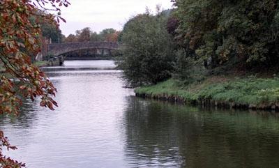 Die neue Brücke soll parallel zur Puppenbrücke den Stadtgraben überqueren. Sie wird aber nur für Fußgänger und Radfahrer nutzbar sein. Foto: VG