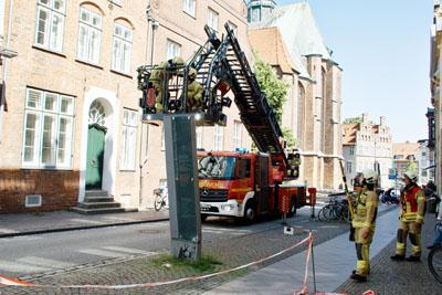 Am Freitag wurde die Stele vor dem Behnhaus Drägerhaus umgefahren. Fotos: VG