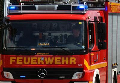 Alarmierte Einsatzkräfte der Feuerwehr mussten das Dach des Autos aufschneiden. Symbolbild.