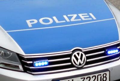 Nach dem Zusammenstoß mit einem Einkaufswagen ermittelt die Polizei wegen Unfallflucht.