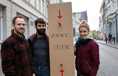 Timo Macdonald, Fabian Rentzsch und Teuta Qelaj zeigten Passanten, wie die Königstraße mit Bäumen aussehen könnten. Fotos: JW