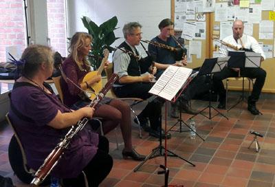 In der Stadtbibliothek musizierten Zwey Zeyt und Freunde. Foto: TD