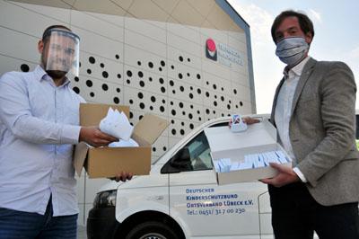 Felix Harden von der Technischen Hochschule Lübeck übergab die ersten Masken an Nicola Leuschner. Foto: KSB