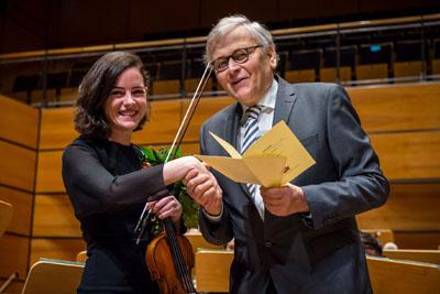Rüdiger Peters überreichte in der MuK den Preis an Isabel Jiménez Montes. Foto: Olaf Malzahn