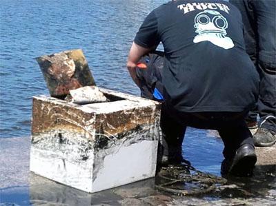 Nach einer Stunde konnte der Tresor ans Ufer gebracht werden. Fotos: Oliver Klink/VG