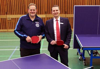 Björn Frank, Spartenleiter Tischtennis beim TSV Schlutup, zeigte Karl Pachalli aus der Sparkassen-Geschäftsstelle Schlutup die Neuanschaffung. Fotos: Sparkasse
