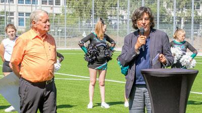 TuS-Vorsitzende Friedel Schrader und Friedhelm Thorn vom Bereich Schule und Sport weihten den Platz ein. Foto: Volker Giering / TuS Lübeck 93