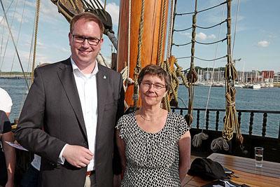 Bürgermeister Jan Lindenau und Finanzministerin Monika Heinold werden bei ihrer Regatta von Prominenten mit körperlichen Einschränkungen unterstützt. Foto: Karl Erhard Vögele