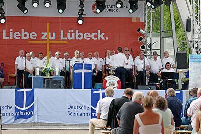 Die Lübecker Seemannsmission hieß mit einem Auftritt des Möwenschiet-Chores am ersten Sonntag der Travemünder Woche Seeleute aus aller Welt willkommen. Fotos: Karl Erhard Vögele