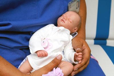 Mit der lebensechten Puppe können Eltern den Umgang mit Frühgeborenen üben. Fotos: UKSH