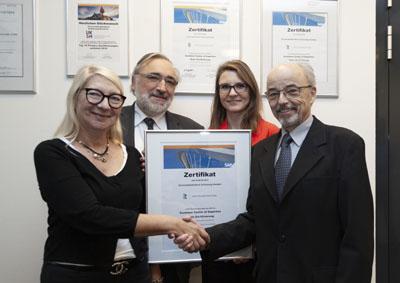 Bild 1  Irina Lipp (links) und Yvone Schulz (2.v.r.) überreichen das SAP-Zertifikat an Dr. Werner Pauls (2.v.l.) und Jörg Niehaus. Foto: UKSH