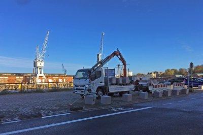 Am Montagmorgen wurde mit der Aufstellung der Granitpoller ab der Untertrave begonnen. Fotos: Martin Kreplin