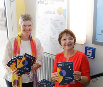 Christiane Wiebe und Véronique Rousseau-Fredebohm stellten am Freitag das neue Programm der Volkshochschule vor. Foto: RB