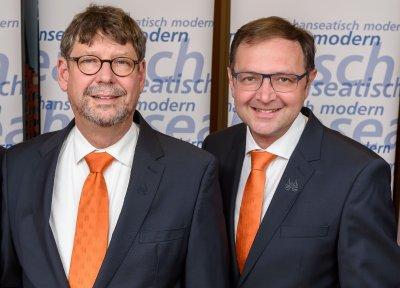 Dr. Michael Brandt (links) und Peter Kling präsentierten auf der Vertreterversammlung die Zahlen des Geschäftsjahres 2017. Foto: Volksbank Lübeck