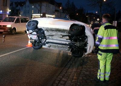 Der Ford Ka rammte zwei parkende Autos und kippte um. Fotos: Oliver Klink