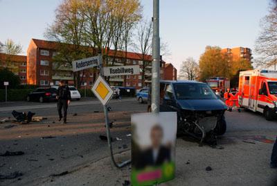 Die Straße glich nach dem Unfall einem Trümmerfeld. Fotos: Oliver Klink