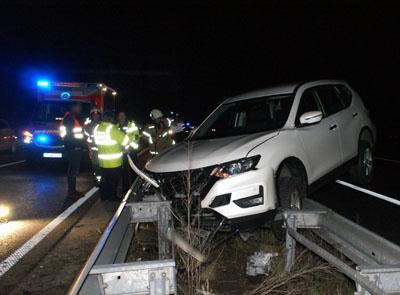 Warum der Nissan auf die Leitplanke geriet, war am Abend noch unklar. Fotos: Oliver Klink
