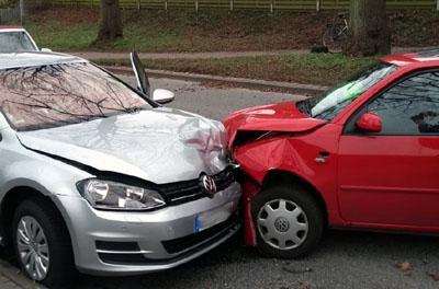 Drei Personen wurden bei dem Unfall leicht verletzt. Fotos: Stefan Strehlau