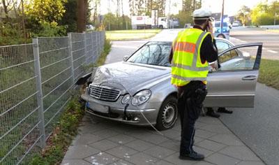 Der Wagen kam nach dem Zusammenstoß mit der Ampel nach rechts von der Fahrbahn ab. Fotos: Stefan Strehlau