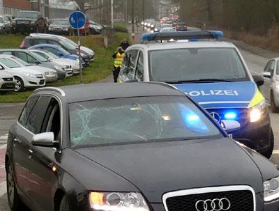 Auf dem Radweg, der in beide Richtungen befahren werden muss, kam es erneut zu einem schweren Unfall. Fotos: Stefan Strehlau