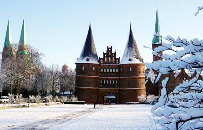 Im vergangenen Jahr gab es am 18. Januar zumindest für kurze Zeit Schnee in Lübeck. Foto: JW, Grafik: Harald Denckmann