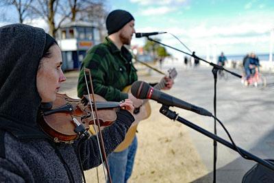 Mit Musik ging es am Sonntag auf der Strandpromenade in den Frühling. Fotos: Karl Erhard Vögele