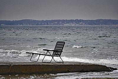 Den Liegestuhl an der Ostsee wird man vorerst nicht benötigen, aber bereits in der zweiten Wochenhälfte soll es wieder deutlich wärmer werden. Fotos: Karl Erhard Vögele