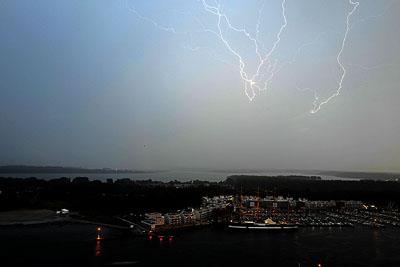 Das Gewitter brachte viel Regen, verursachte aber keine größeren Schäden. Fotos: Harald Denckmann (1), Stefan Strehlau (2), Karl Erhard Vögele (2)