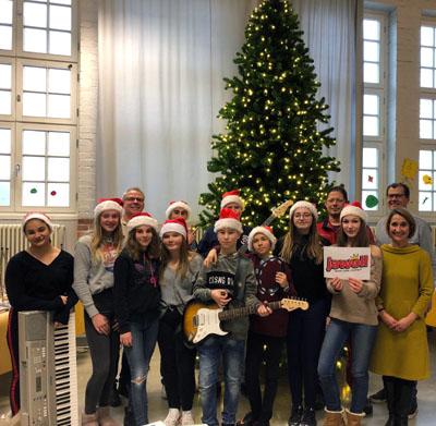 Für den gespendeten Weihnachtsbaum gab es ein Konzert der Band 1st Class Rock. Foto: Willy-Brandt- Schule