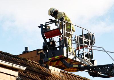 Am Mittwochabend musste die Feuerwehr die Verkleidung eines Kamins sichern. Fotos: JW