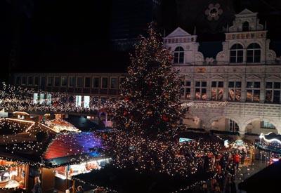 Samstags ist der Weihnachtsmarkt auch mit kostenlosen Shuttle-Bussen erreichbar. Foto: JW, O-Ton: Harald Denckmann