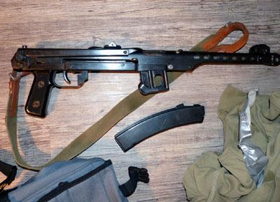 Die Zollbeamten fanden in der Wohnung mehrere Waffen, unter anderem eine Maschinenpistole. Fotos: Zoll