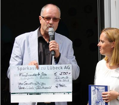 Kita-Leitung Melanie Hochmuth und Achim März vom GV bei der Scheckübergabe. Foto: Gemeinnütziger Verein Lübeck-Schlutup e.V.